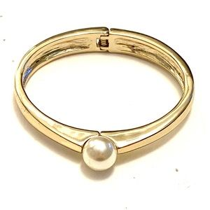 Pearl gold hinged bracelet